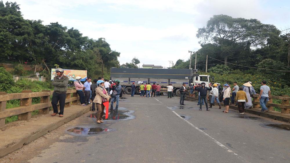 Xe tải mất lái treo lơ lửng trên cầu, quốc lộ 20 đoạn qua tỉnh Lâm Đồng tê liệt